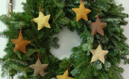 corona-navideña-estrellas-fieltro
